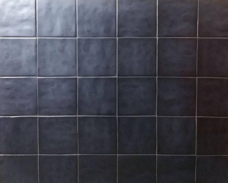 Tegels in loodgrijze kleur