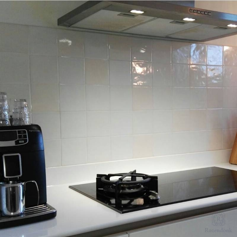 Strakke achterwand in witte keuken