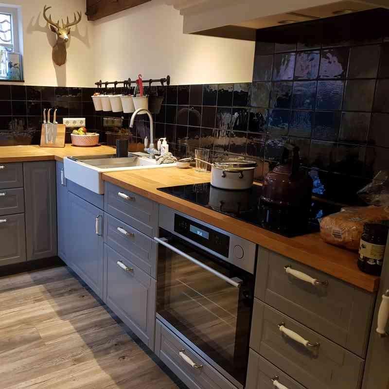 Tegels in oud zwart in de keuken