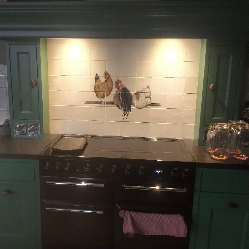 Kippen in een groene keuken